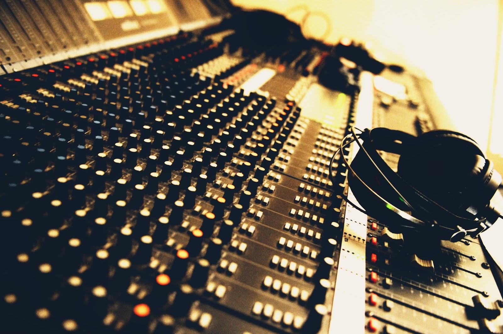 Les eyquems - Table de mixage studio d enregistrement ...